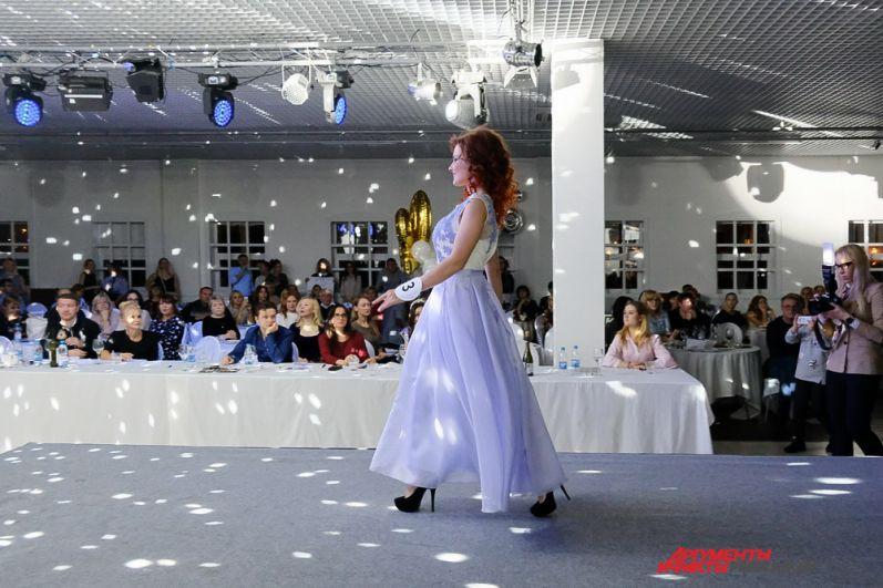 Девушек в восхитительных нарядах восторженно приветствовали зрители.