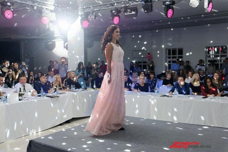После дефиле в вечерних платьях в конкурсе продолжили выступать только 18 девушек.