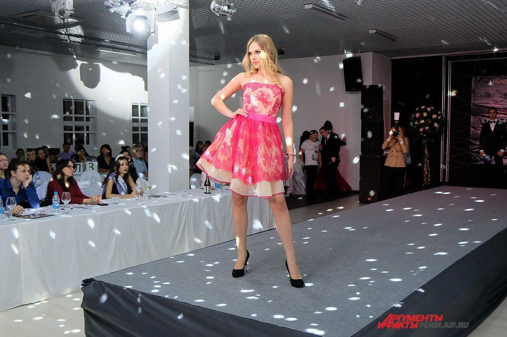 Девушки выходили на подиум в ярких вечерних платьях.