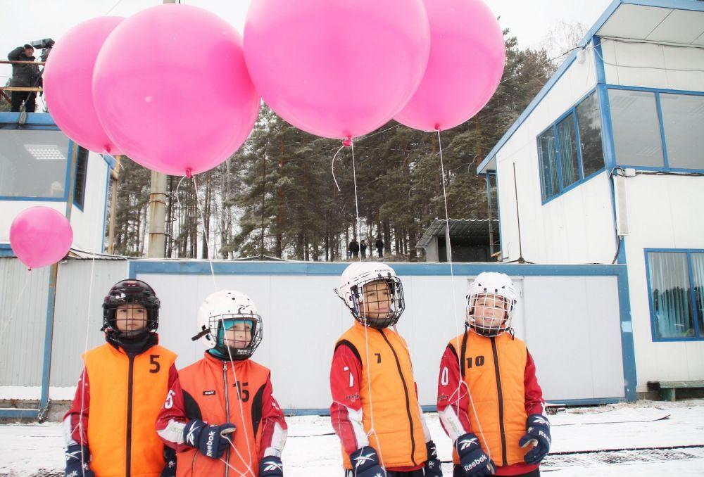 Юные хоккеисты ждали появления на льду своих кумиров.