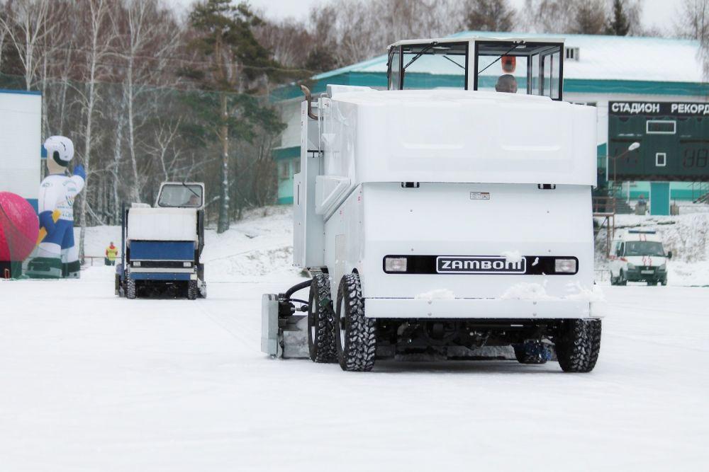Во время перерыва между таймами опробовали новую ледозаливочную машину «Замбони».