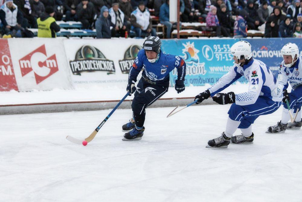 Всю игру инициативой владели игроки «Байкал-Энергии», которые семь раз огорчили вратаря гостей. На фото – проход Антона Шевцова.
