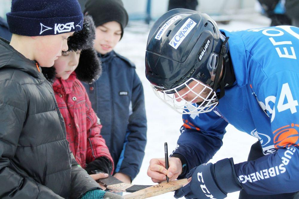Кумир юных хоккеистов Александр Егорычев с большим желанием оставил автографы на клюшках детей.