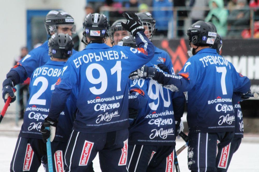 Хоккеисты «Байкал-Энергии» празднуют гол.