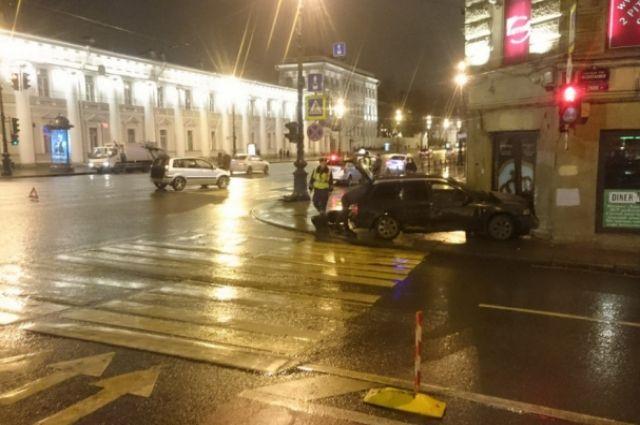 ВПетербурге иностранная машина сбила пешехода ивъехала встоловую