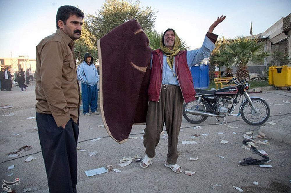 Жители города Керманшах на западе Ирана.