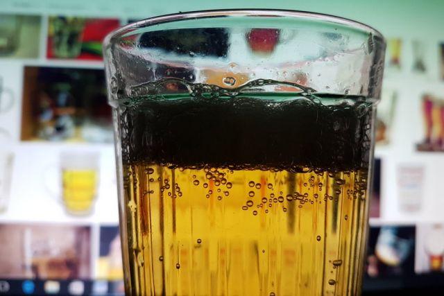 В пятницу выпить пива можно будет только в кафе, барах и ресторанах.