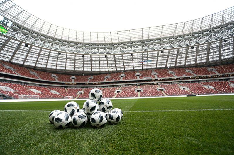 Официальный мяч чемпионата мира 2018 по футболу на поле большой спортивной арены «Лужники» в Москве.
