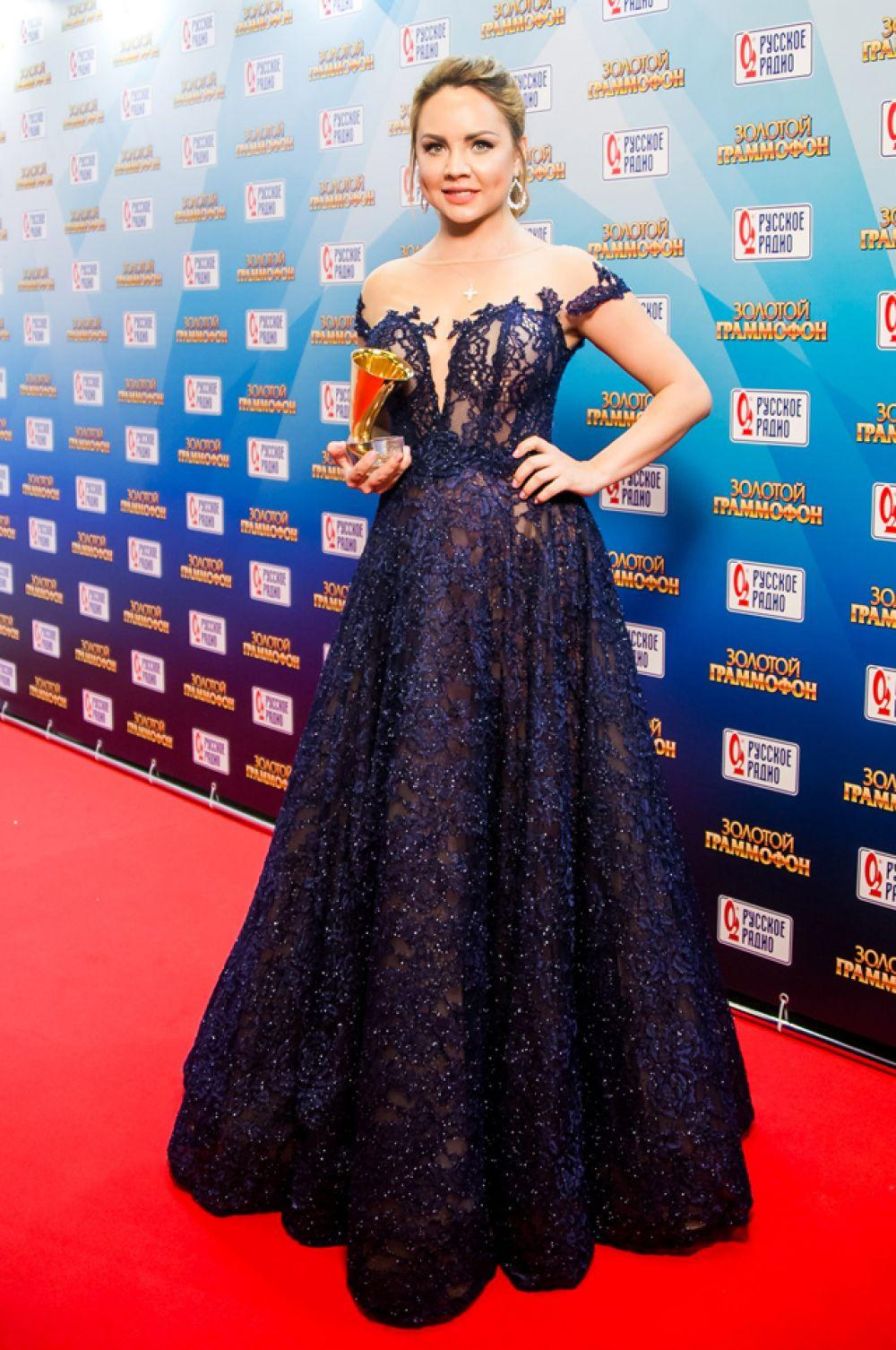 Певица Максим выбрала красивое изысканное платье с разрезом на груди и оголенными плечами.