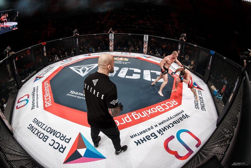 Магнитогорец Евгений Хазов (справа) победил дебютанта из Екатеринбурга Владимира Клюева.