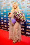 Таисия Повалий удивила публику нежным длинным лиловым платьем в пол.