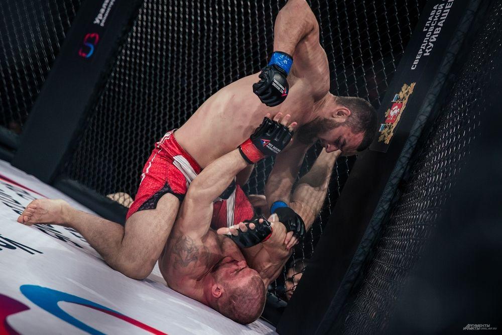 Евгений Хазов добивает соперника.