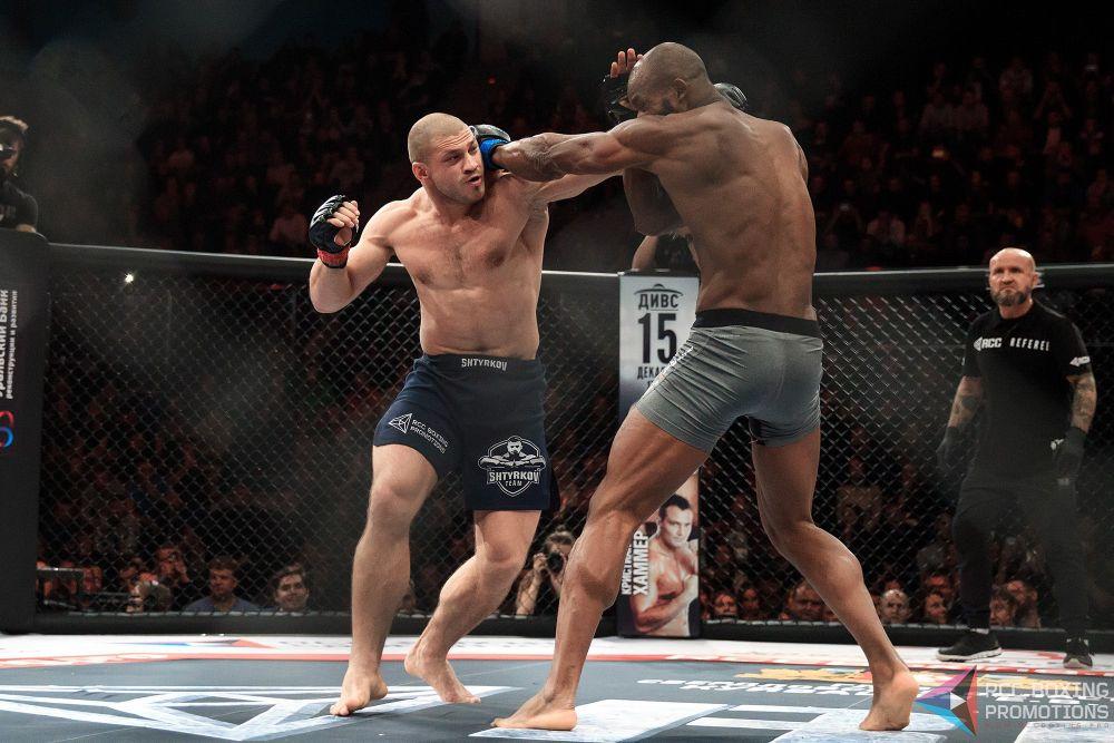 Французский боец Кристиан М'Пумбу выступает на профессиональном ринге с 2004 года.