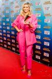 Вера Брежнева вышла в свет в красивом розовом костюме, тем самым сильно удивила публику своим изысканным нарядом.