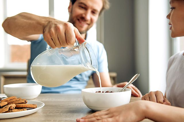 Исключительно полезный продукт? Почему молоко давали «за вредность ...