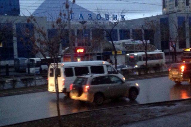 В Оренбурге на остановке «Газовик» из автобуса №40 выпала женщина.