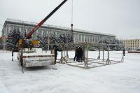 Специалисты монтируют основание для главной елки Кузбасса.