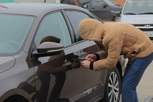Гражданин  Мостовского района при помощи  эвакуатора похитил  вседорожный автомобиль  вКраснодаре