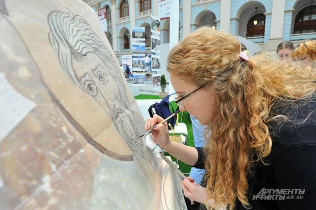 На выставке можно было увидеть, как восстанавливают старинные фрески и иконы, устанавливают кровлю куполов церквей и реставрируют фасады.
