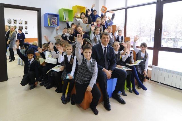 Олег Белявский и юные читатели библиотеки.