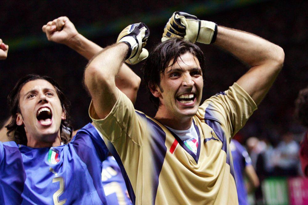 Буффон празднует с командой победу над сборной Чехии на чемпионате мира 2006 года.