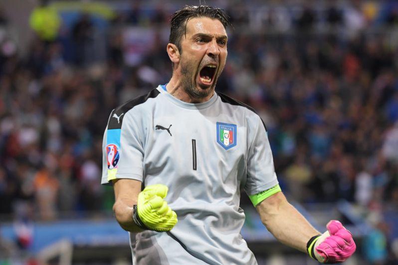 Вратарь сборной Италии Джанлуиджи Буффон радуется забитому мячу в матче группового этапа чемпионата Европы по футболу - 2016 между сборными командами Бельгии и Италии.