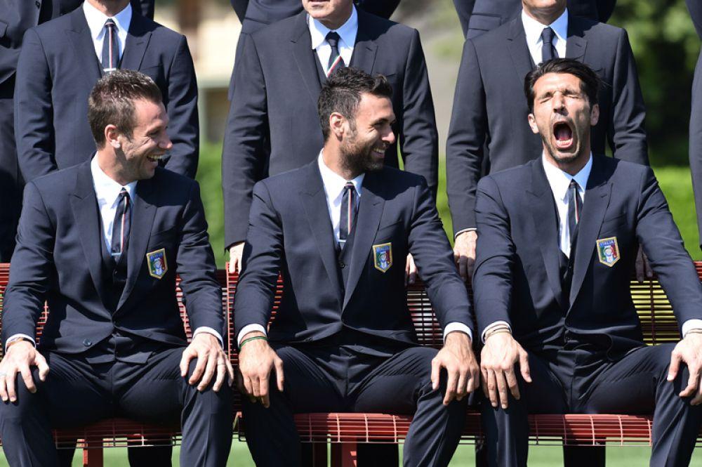 Игроки сборной Италии по футболу Антонио Кассано, Сальваторе Сиригу и Джанлуиджи Буффон (слева направо) перед тем, как отправиться на чемпионат мира 2014 года.