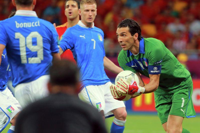 Игрок сборной Италии Леонардо Бонуччи, игрок сборной Италии Игнацио Абате и вратарь сборной Италии Джанлуиджи Буффон (слева направо) в финальном матче чемпионата Европы по футболу 2012 между сборными командами Испании и Италии.