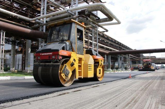 На промышленной площадке отремонтировали проезды площадью 29 000 м², установили бордюры и выровняли асфальт.