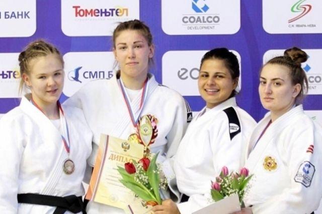 Анжела Гаспарян (вторая справа) из Калининграда выиграла чемпионат мира по самбо.