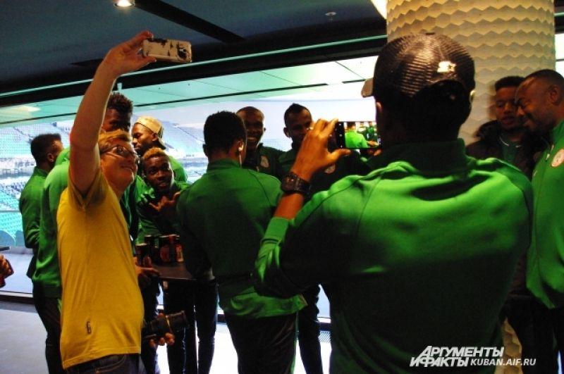А иностранные журналисты в это время делают селфи с нигерийскими футболистами.
