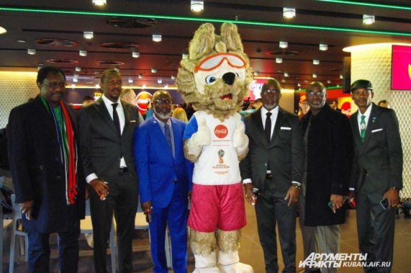 Представители сборной Нигерии фотографируются с символом ЧМ-2018 Забивакой.