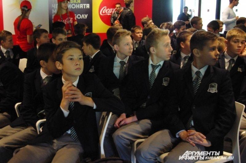 На церемонию пригласили юных воспитанников футбольной академии ФК «Краснодар».