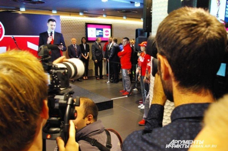 Официальные лица готовятся к началу церемонии приветствия Кубка ЧМ по футболу FIFA.