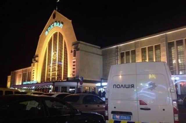 «Минирование» вцентре украинской столицы : эвакуируют вокзал иТЦ «Гулливер»