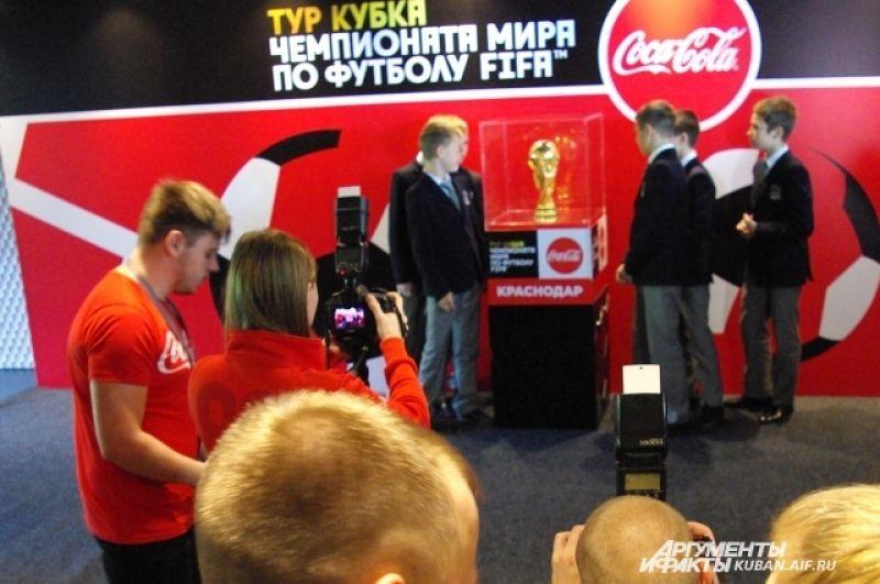 Ребята из футбольной академии даже растерялись от выпавшей на них ответственности первыми сфотографироваться с трофеем.