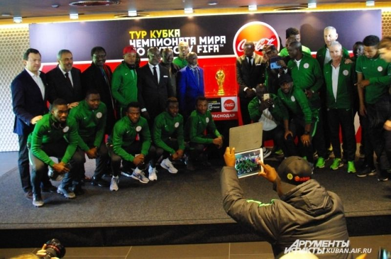 Сборная Нигерии не упустила шанса сфотографироваться с Кубком, хотя трофей приедет на их Родину в рамках международного тура.