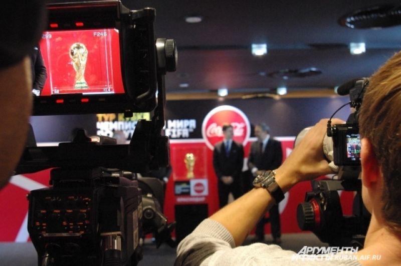 Наконец, главный футбольный трофей представлен зрителям.