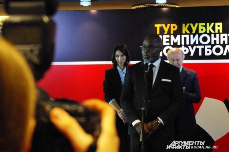 Председатель Федерации футбола Нигерии мистер Пимек с удовольствием принял участие в церемонии, а вот представителей сборной Аргентины не было.