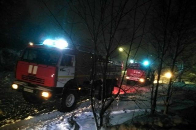 Пожарные прибыли, когда огонь подростки полностью ликвидировали.