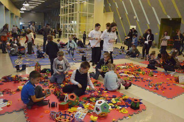 Первая семейная игротека «Конструктория» успешно прошла в Новом Уренгое