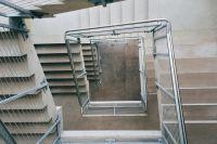 В Ноябрьске прооперировали мальчика, катавшегося на перилах лестницы
