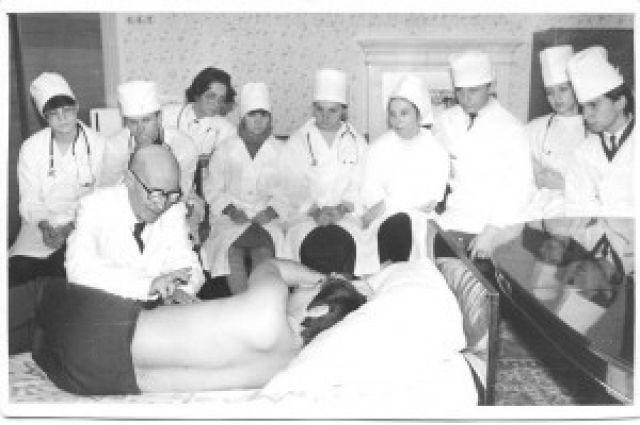 Академик вел лекции у постели больного.