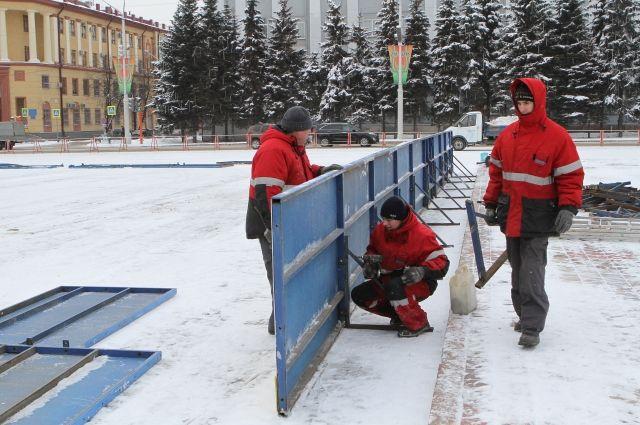 В центре Кемерова специалисты завершают монтаж хоккейной коробки.