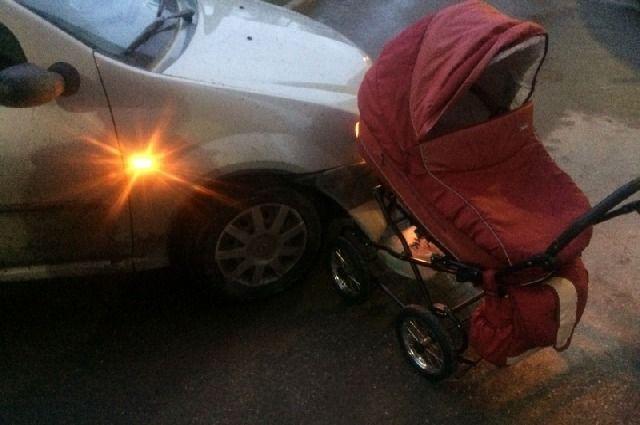 ВОктябрьском городке иностранная машина  сбила 4-летнего ребенка и малыша  вколяске