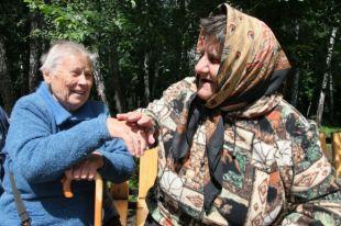 Многие старики экономят на еде и одежде.
