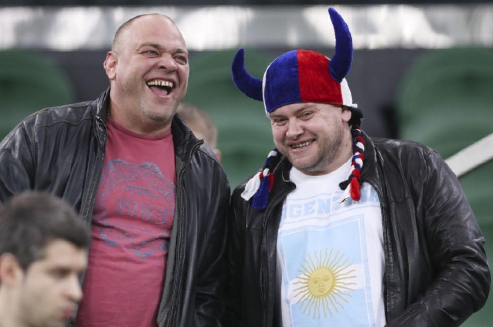 Некоторые российские болельщики пришли с триколорами, хотя отечественных футболистов на поле не было.