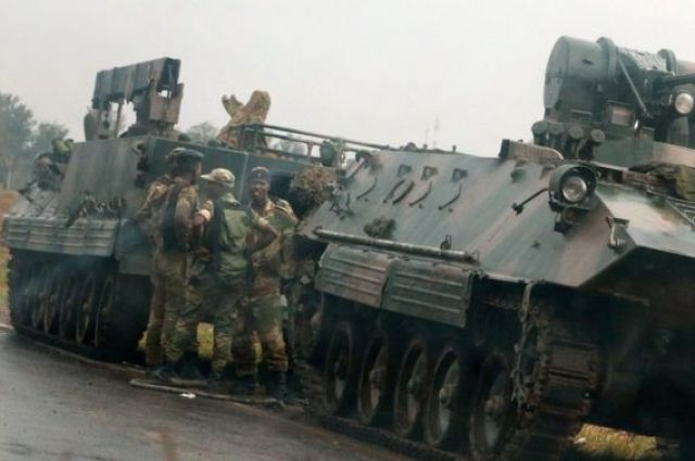 Военные арестовали президента Зимбабве Мугабе
