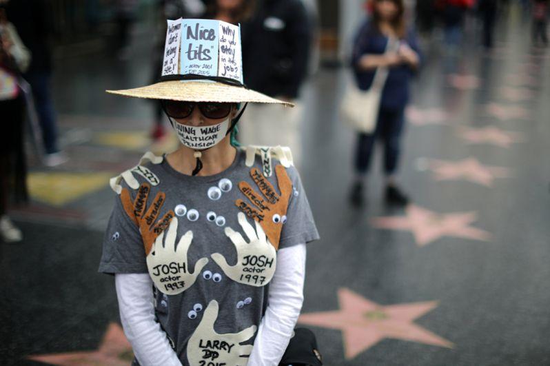 Участница марша в костюме с именами мужчин, которые когда-либо домогались до неё.