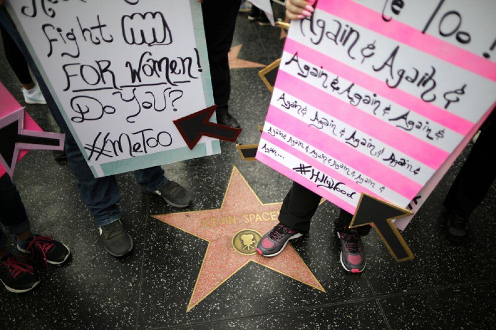 Демонстранты рядом со звездой актёра Кевина Спейси на Голливудской аллее славы.